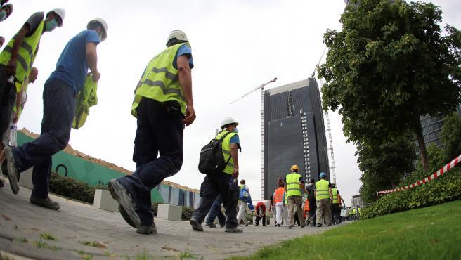 Obreros salen de la quinta torre tras el escape de gas.