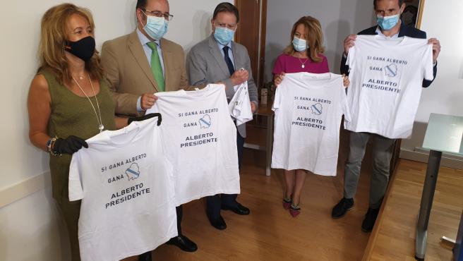 La diputada del PP en el Congreso, Paloma Gázquez; el concejal de Oviedo Mario Arias; el alcalde de Oviedo, Alfredo Canteli; la portavoz del PP en la Junta General, Teresa Mallada; y el secretario general del PP de Oviedo y concejal, Javier Cuesta.