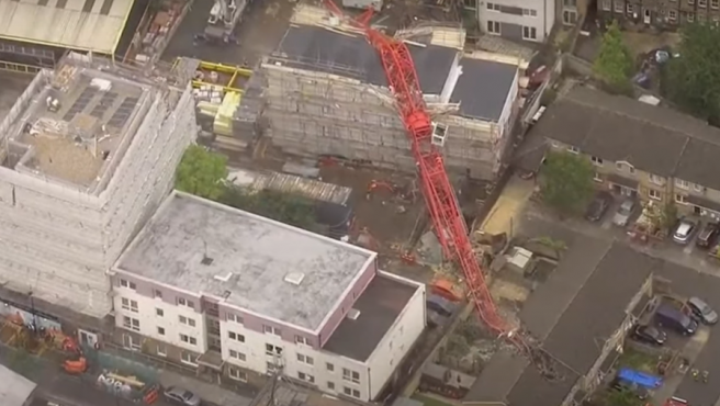 Una grúa de 20 metros cae sobre un edificio en Londres
