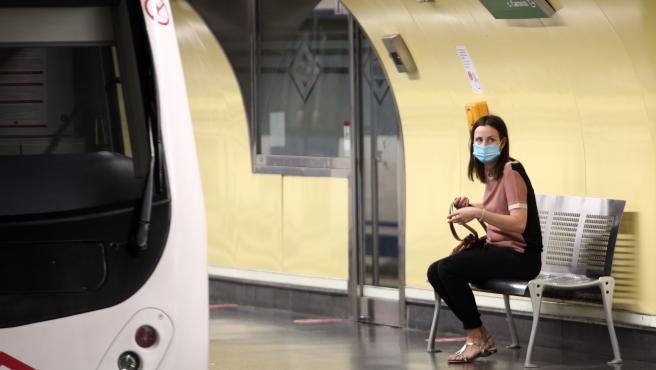 Una pasajera espera su tren en un andén de la estación de Metro de San Bernardo, en Madrid (España), a 22 de junio de 2020.