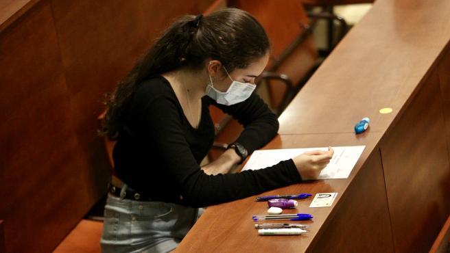 Alumna realizando la EBAU 2020 con mascarilla