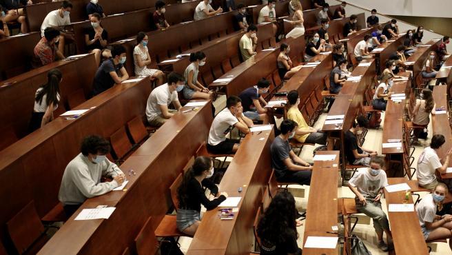 Alumnos realizando la EBAU en 2020