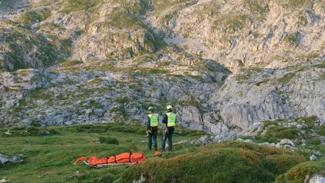 El cuerpo de un montañero fallecido de un infarto en Picos de Europa junto a agentes de la Guardia Civil.