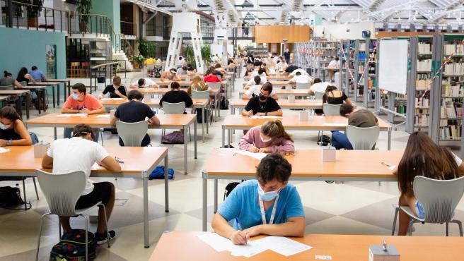 Estudiantes examinándose de selectividad en la UPO