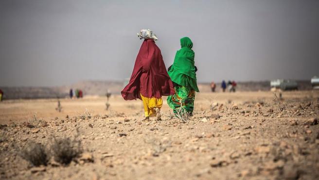 Dos mujeres caminan por una zona árida de Somalilandia, en Somalia, donde la población vive las consecuencias de una severa sequía desde 2016.