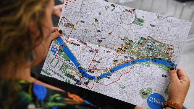 Imagen de archivo de una mujer con un mapa de la ciudad