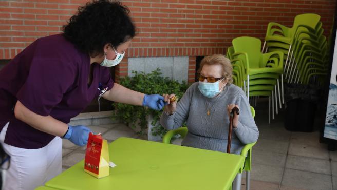 Imagen de archivo de una trabajadora y una usuaria de una residencia de mayores en España
