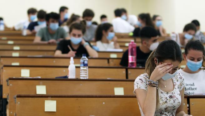 MLG 07-07-2020.-Estudiantes se agolpan en la facultad de Medicina a la espera de ser llamados para la realización de las pruebas de Evaluación para el acceso a la Universidad, EVAU tradicionalmente llamada selectividad.-ÁLEX ZEA.
