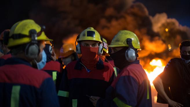 San Cibrao, Lugo. Trabajadores de Alcoa cortan los accesos a la fabrica en el comienzo de la jornada de Huelga en la fabrica convocada para este miercoles 1 de Julio.