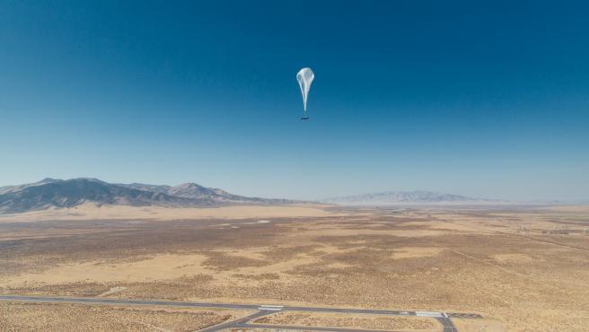 Un globo de internet de Loon sobre el lugar de lanzamiento.