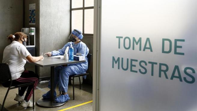 Una mujer se hace una prueba gratuita de COVID-19 en una estación del metro de Medellín, Colombia.