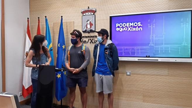 La concejala de Podemos-Equo Xión Laura Tuero, junto a Ángel Ferrera Fernández (subjefe del Servicio de Salvamento de Playas), y Rubén Álvarez Amez (delegado de personal funcionario por el sindicato USIPA y funcionario interino del Equipo de Salvamento)