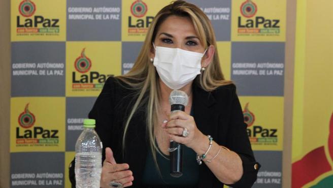 La presidenta interina de Bolivia, Jeanine Áñez, con mascarilla por el coronavirus, durante una rueda de prensa en La Paz (Bolivia) el 16 de abril del 2020.