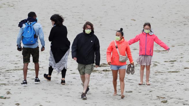 Turistas con mascarillas en la Playa de las Catedrales en Ribadeo, Lugo.