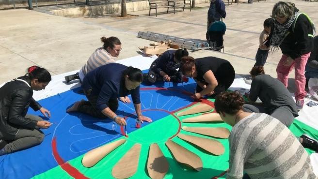 Mujeres cosiendo una bandera del pueblo gitano Mujeres cosiendo la bandera (Foto de ARCHIVO) 2/4/2019