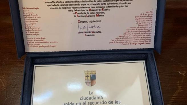 Placa entregada a la familia de Lanzuela.