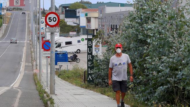 Un hombre pasea por Burela en la jornada de reflexión.