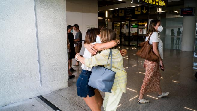 Dos personas se abrazan en el Aeropuerto de Palma.