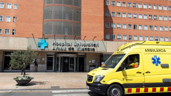 Una ambulancia a las puertas del hospital Arnau de Vilanova de Lleida.