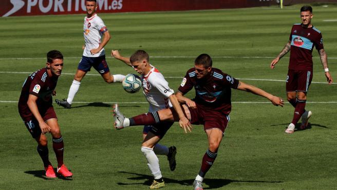 Brasanac y Okay pugnan por un balón en el Osasuna-Celta