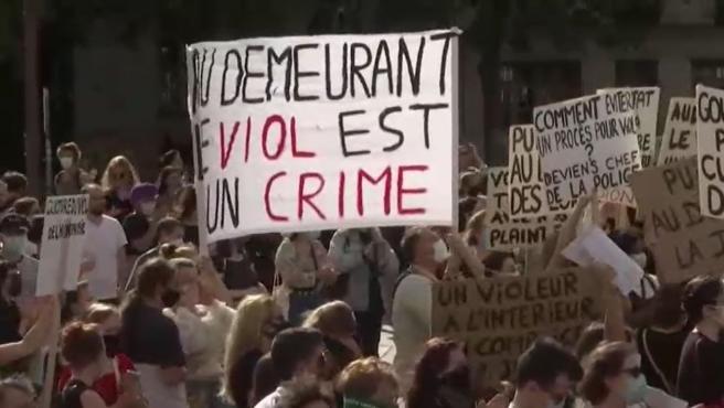 Activistas en la protesta en París contra el ministro de Interior francés este viernes.
