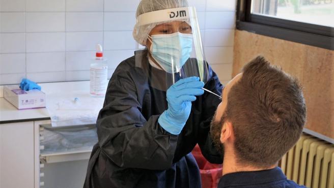 Realización de una prueba PCR en el Hospital Reina Sofía de Tudela.