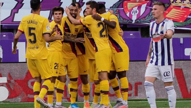 Los jugadores del Barcelona celebran el gol de Vidal ante el Valladolid