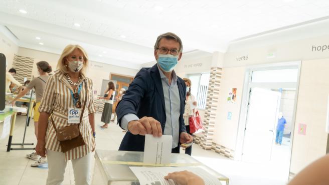 El presidente de la Xunta de Galicia y candidato a la reelección, Alberto Nuñez Feijóo, ha votado en el Colegio Niño Jesús de Praga, en Vigo.