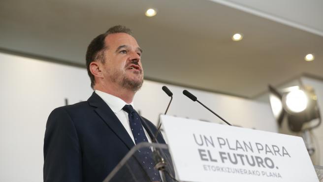 El candidato a lehendakari por la coalición Partido Popular y Ciudadanos, Carlos Iturgaiz, valora los resultados obtenidos por su formación