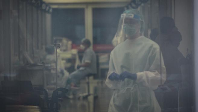 Trabajadores sanitarios en el interior del Complejo Hospitalario de Navarra.