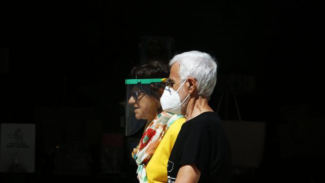Dos personas con mascarilla pasean en Málaga en una imagen de archivo.