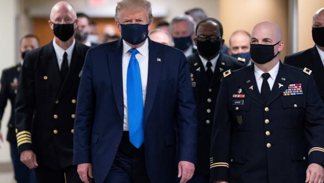 Donald Trump, por primera vez con mascarilla desde el inicio de la pandemia.