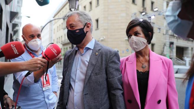 El candidato a la presidencia del País Vasco por el PNV, Iñigo Urkullu atiende a los medios la tarde del domingo electoral.