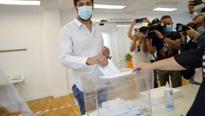 El candidato de Galicia en Común-Anova Mareas a la Presidencia de la Xunta, Antón Gómez-Reino, vota en A Coruña