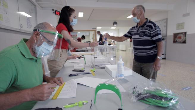 Un hombre vota en un colegio de A Coruña (Galicia).