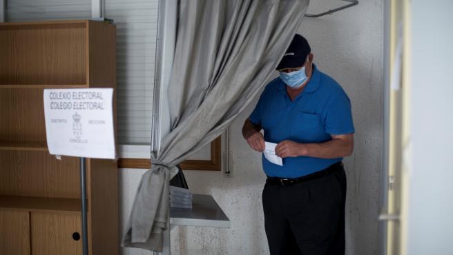 Un hombre vota en Ourense.