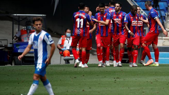 Los jugadores del Eibar celebran uno de sus tantos al Espanyol.