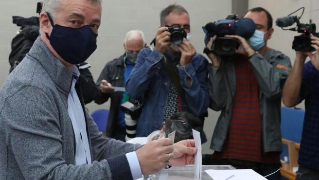 El lehendakari y candidato a la reelección, Iñigo Urkullu, vota en la localidad vizcaína de Durango con todas las medidas de seguridad ante la pandemia del coronavirus.