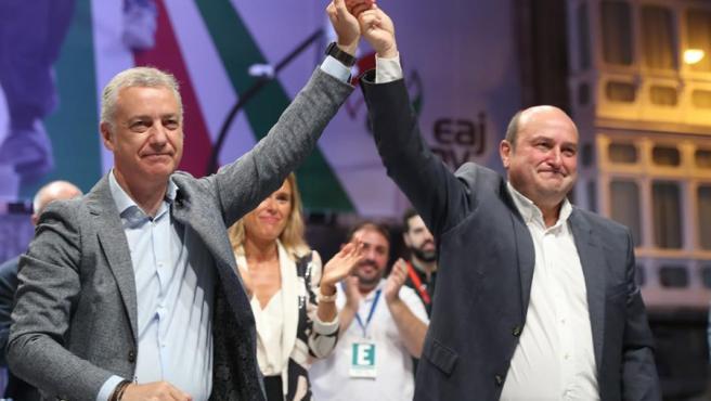 Iñigo Urkullu (izda.) celebra la victoria del PNV en las elecciones junto a Andoni Ortuzar (dcha.), presidente del partido.