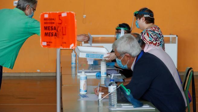Un hombre vota manteniendo la distancia de seguridad en un colegio electoral de Burela (Lugo), epicentro del rebrote de coronavirus en la comarca de A Mariña.