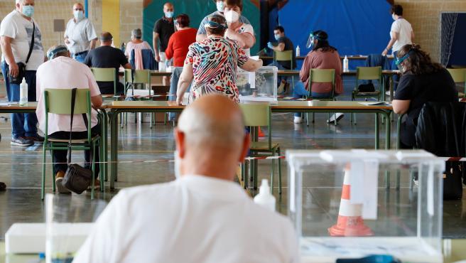 Varias personas votan en el colegio CEIP Nº1 de Foz (Lugo).