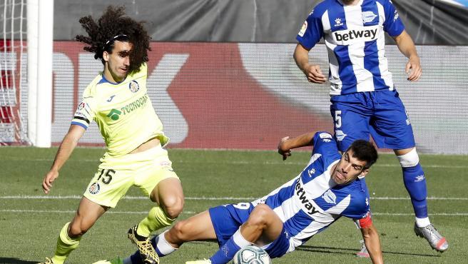 Cucurella y Manu García pugnan por un balón en el Alavés - Getafe