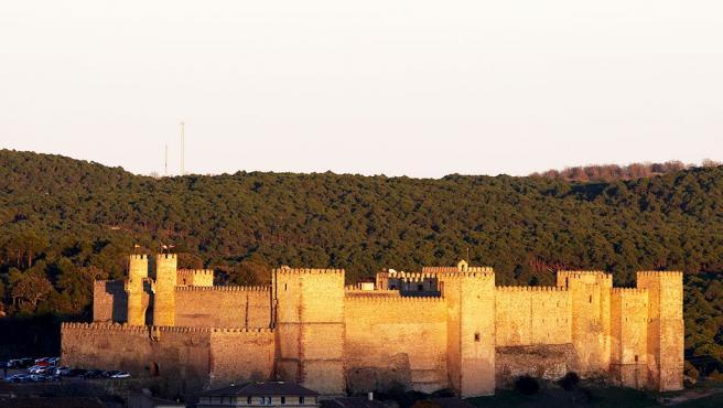 Palacio-fortaleza medieval del siglo XII que se asienta sobre una alcazaba árabe. A lo largo de la historia ha tenido que ser restaurado varias veces y desde hace varias décadas es Parador Nacional de Turismo. Su aspecto es imponente. (Foto: Wikipedia/Malaya)
