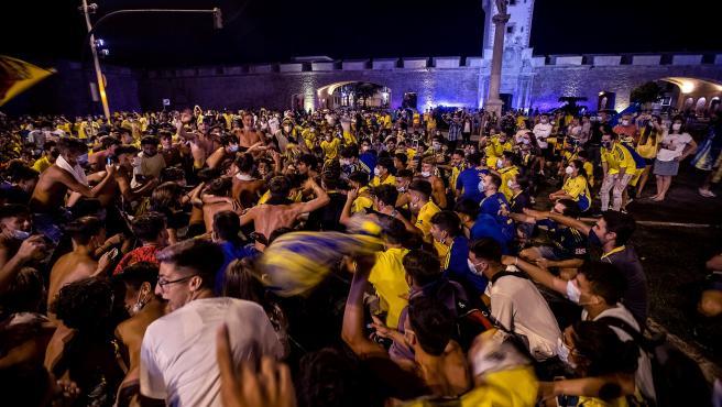 Hinchas del Cádiz celebran el regreso de su equipo a Primera.