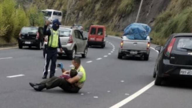 El policía de Ecuador calmando al niño.