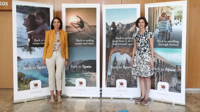 (I-D) La ministra de Industria, Comercio y Turismo, Reyes Maroto; y la secretaria de Estado de Turismo, Isabel Oliver, posan durante la presentación de la nueva campaña de promoción de España para atraer a los turistas internacionales.