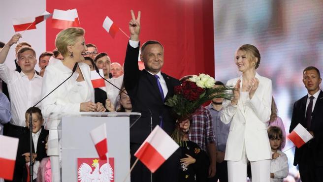 El presidente de Polonia, Andrzej Duda, con su esposa y su hija, celebra los resultados de los sondeos a pie de urna tras las elecciones presidenciales polacas, en Pultusk (Polonia).