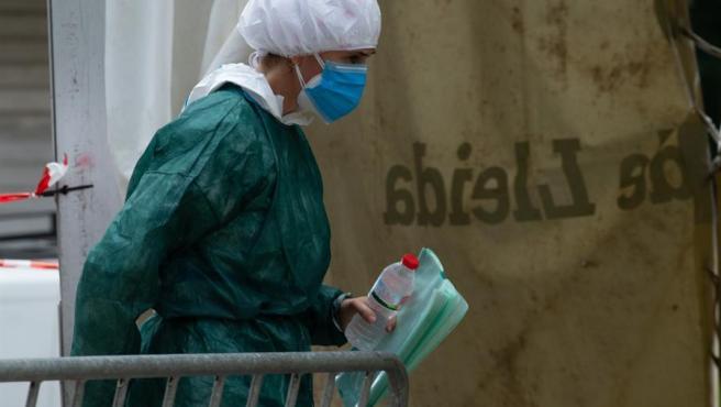 Una sanitaria se dispone a entrar en la carpa provisional para casos de Covid en Lleida.