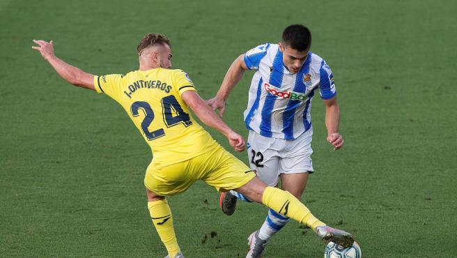 Barrenetxea y Ontiveros pugnan por un balón en el Villarreal - Real Sociedad