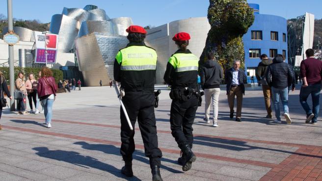Bilbao 15-02-2017 Reportaje Area de Seguridad Ayuntamiento de Bilbao. Policías municipales patrullando por las calles del centro de Bilbao junto al Museo Guggenheim ©MITXI